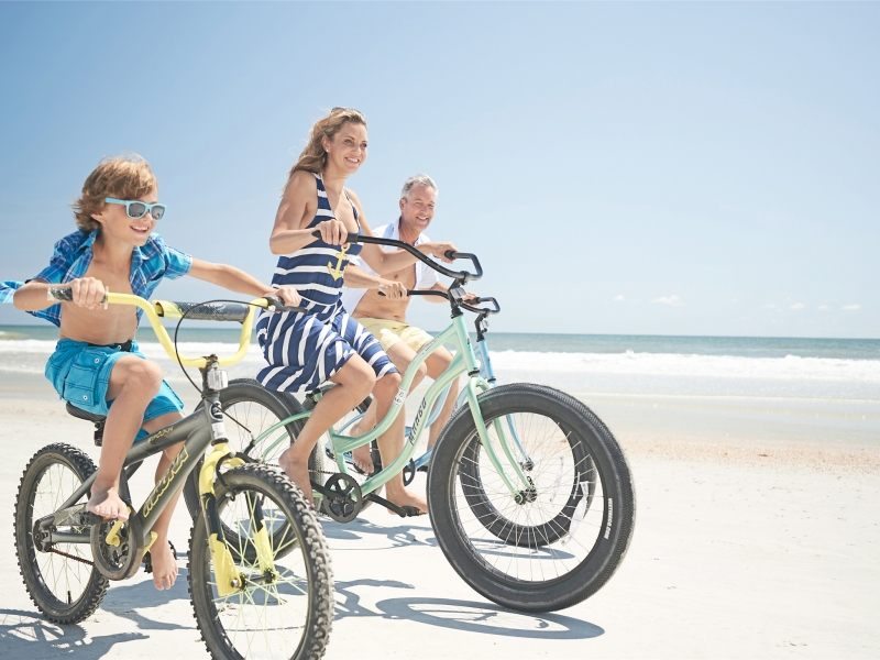 Family cycles along the beach