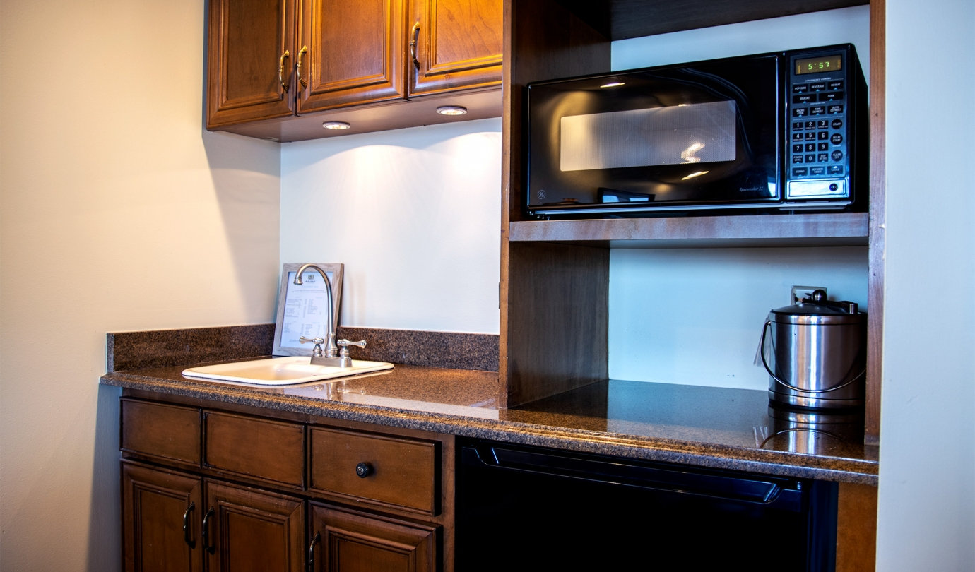 kitchenette unit with sink and microwave